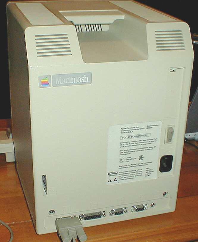 Macintosh 128K. Parte posterior totalmente limpia y parte superior con muchas rendijas de ventilación o